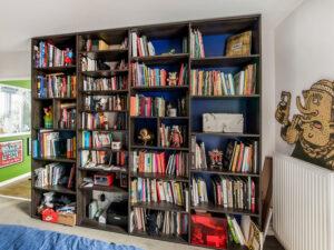 Bibliothèque en bois foncé