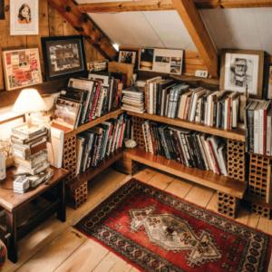 bibliothèque sous pente en bois foncé esprit chalet