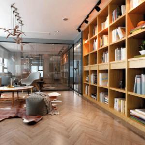 grande bibliothèque sur mesure en bois avec éclairage adapté