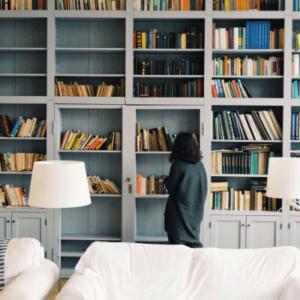 bibliothèque grise maison de campagne