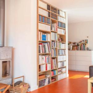 bibliothèque encastrée en bois sur mesure