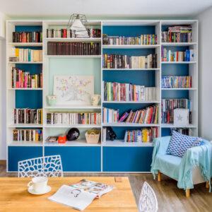 bibliothèque sur mesure bleue blanc moderne