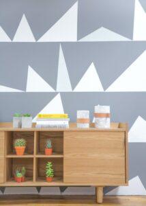 peinture mur graphique meuble en bois