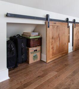 Un meuble de rangement sur-mesure permet d'exploiter les combles et les sous-pentes.