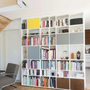 bibliothèque sur mesure niche colorées