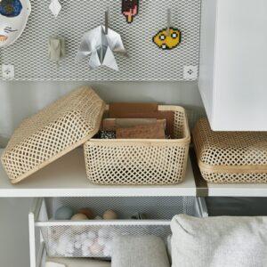 Optez pour des rangements en osier et cubes métalliques